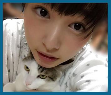 猫の頭に顎を乗せて自撮りをする大きな瞳の可愛い桜井日奈子